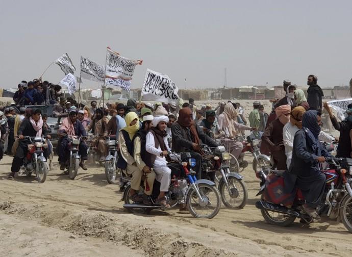 Talebani accolti da simpatizzanti in una città di frontiera