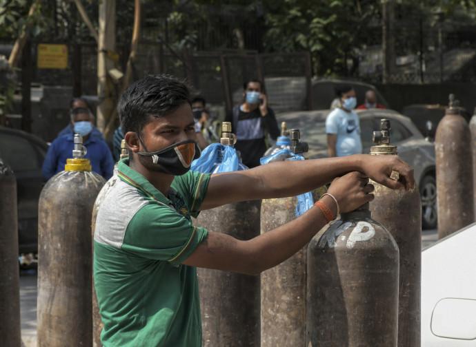 Delhi, scorta di bombole d'ossigeno