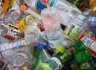 Plastica: prima amata, poi odiata, ma sempre utile