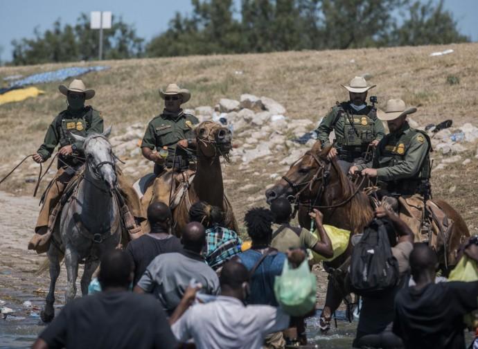 Polizia a cavallo texana ferma emigranti haitiani al confine