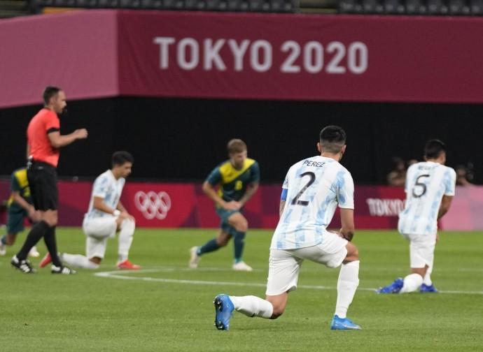 Tokyo 2020, giocatori di Argentina-Australia in ginocchio